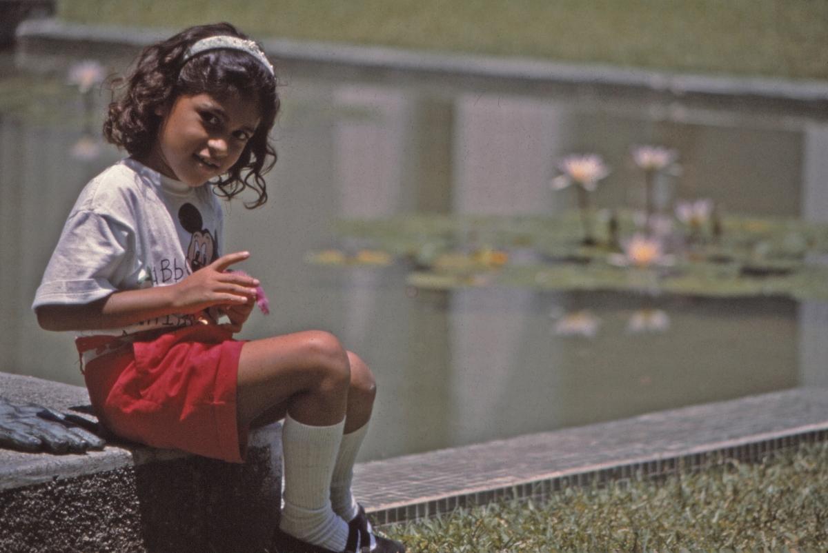 Girl by lily pond / Niña y lirios deagua